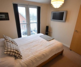 Large 2 Bed Apartment Close to M6 (BW)